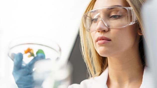 실험실에서 안전 안경 여성 연구원