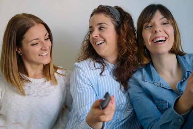 共有し、笑っている女性のルームメイト。親友と時間を過ごす方法を学びましょう。