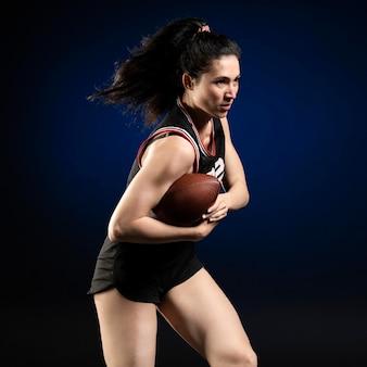 Giocatrice di rugby femminile in posa di abbigliamento sportivo
