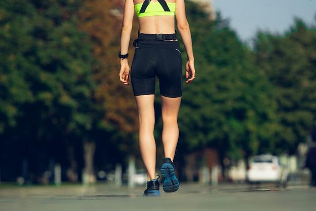 Бегун, спортсмен, тренирующийся на открытом воздухе в солнечный летний день.