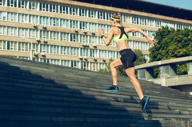 Бегунок, спортсмен, тренирующийся на открытом воздухе. профессиональный бегун, бегун, тренирующийся на улице.