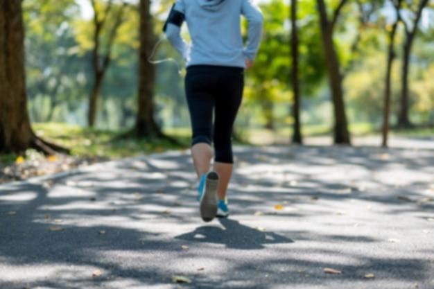 外に出る女性ランナー