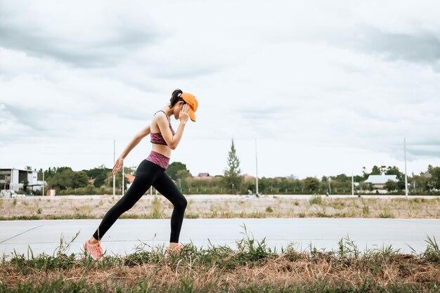 Спортсменка-бегун женщина-бегунья-бегунья, стремящаяся к успеху и здоровому образу жизни