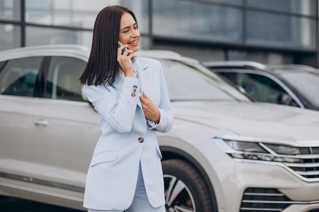 자동차 쇼룸에서 여성 판매원