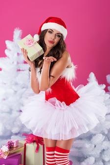 여성 산타 클로스 선물 포즈