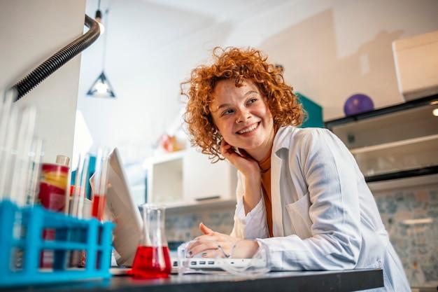 조사 중에 인터넷을 탐색하는 여성 과학자