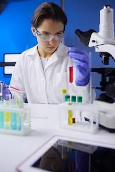 テストチューブを保持している女性の科学者