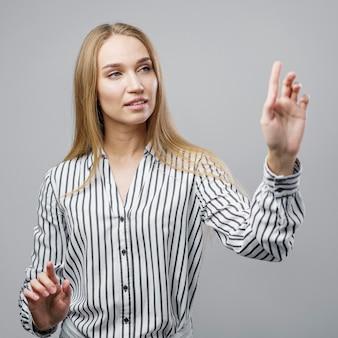 バーチャルリアリティの動きを再現する女性科学者
