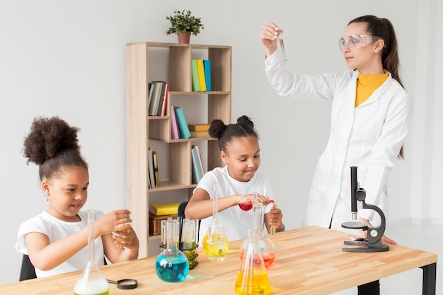 女の子の科学実験を教える女性科学者