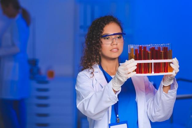 실험실에서 샘플을 가진 여성 과학자