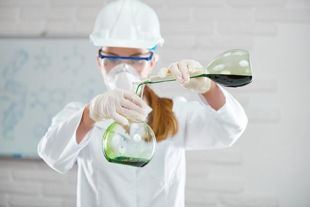 実験室で働く女性の科学者