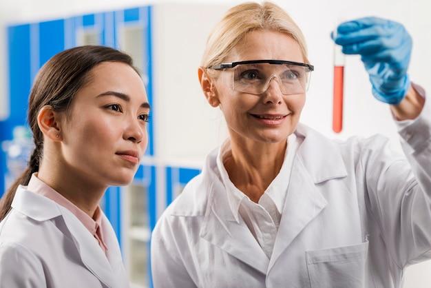 Scienziate che analizzano la sostanza in laboratorio