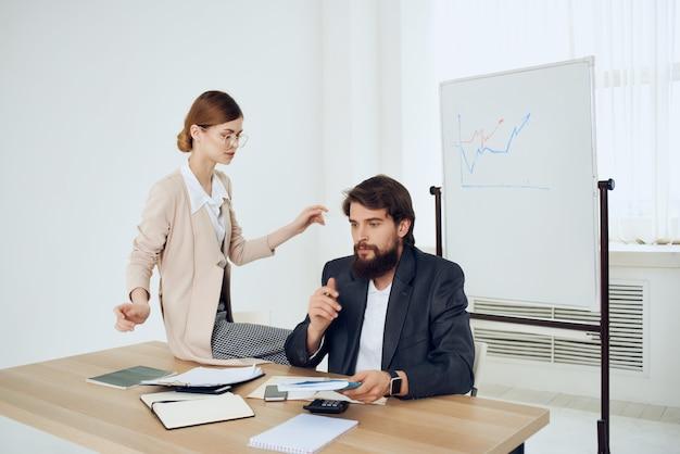 Секретарша-женщина преследует босса, преследуя офисную работу