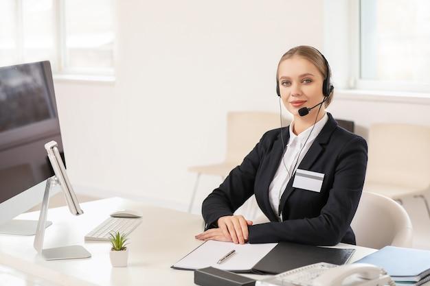 オフィスで働く女性秘書