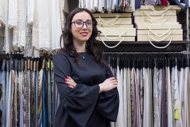 여성 판매자, 쇼룸의 인테리어 디자이너
