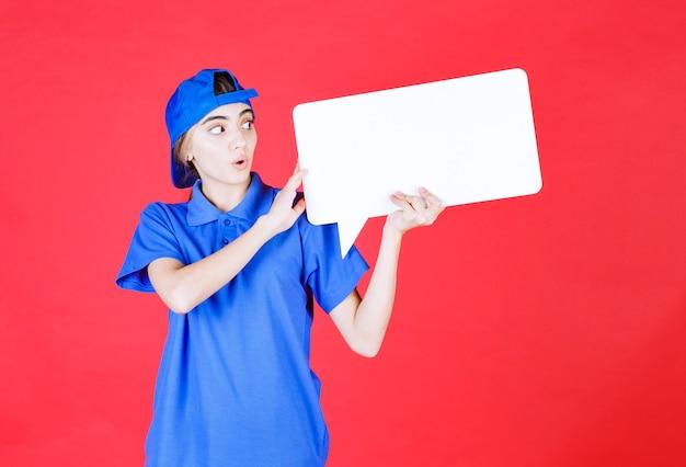 사각형 정보 데스크를 들고 파란색 유니폼 여성 서비스 요원.