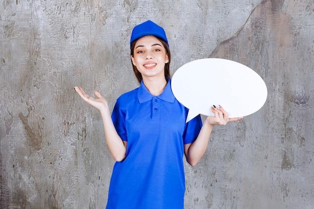 卵形の情報ボードを保持している青い制服を着た女性サービスエージェント。