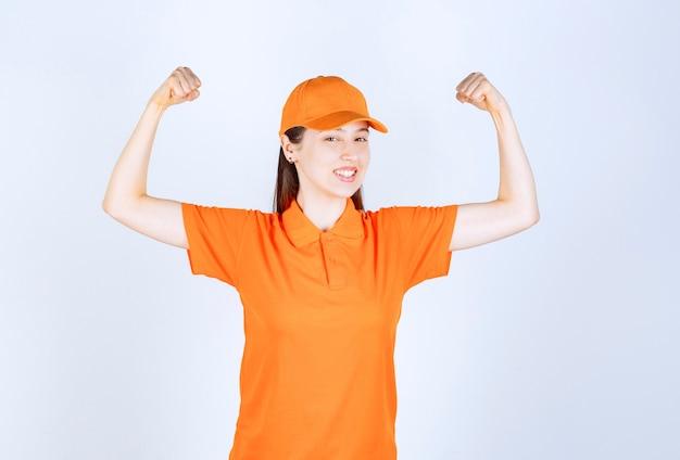 Агент женской службы в оранжевом дресс-коде