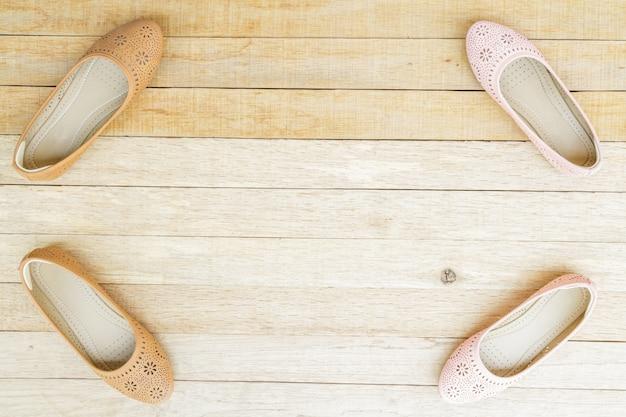 木の背景に女性の靴