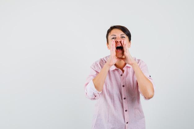 여성 소리 또는 분홍색 셔츠 전면보기에서 뭔가 발표.