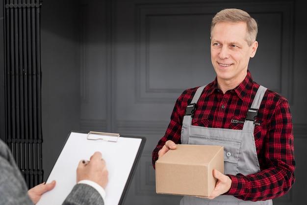 Firma femminile per la consegna