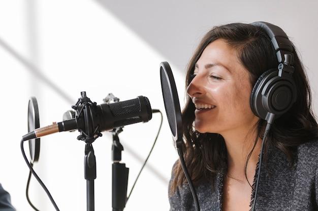 스튜디오에서 라이브로 노래하는 여성 가수