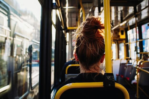バスの後ろから座っている女性