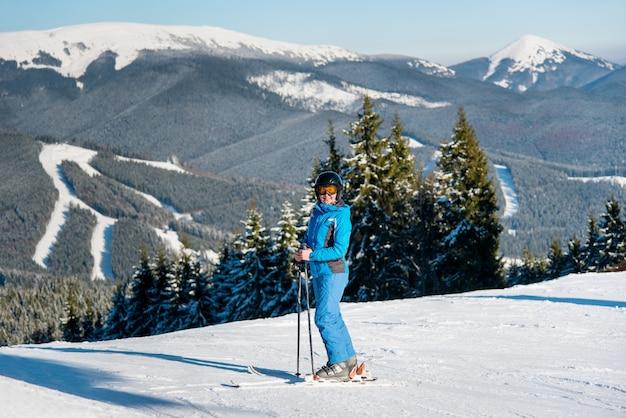 山で女性スキーヤー