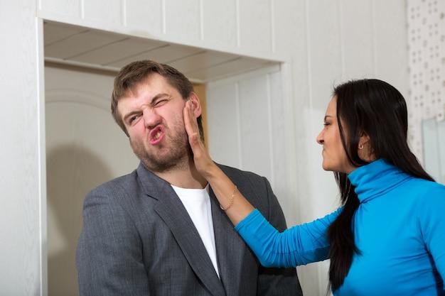 Женщина шлепает своего партнера
