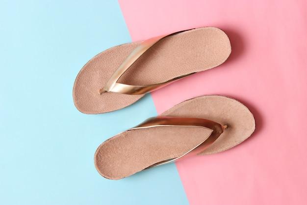 컬러 배경 평면도에 여성 슬리퍼 미니멀리즘 여성 신발