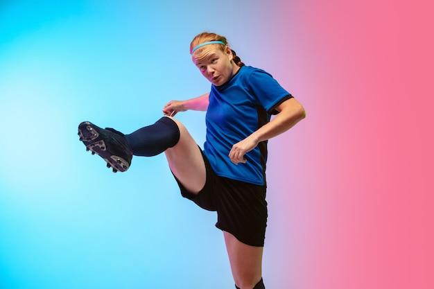 女性サッカー、ネオンの壁でトレーニングするサッカー選手、若者