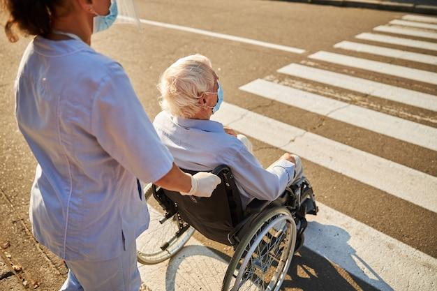 親切な介護者をしている女性ソーシャルワーカー年上の男性