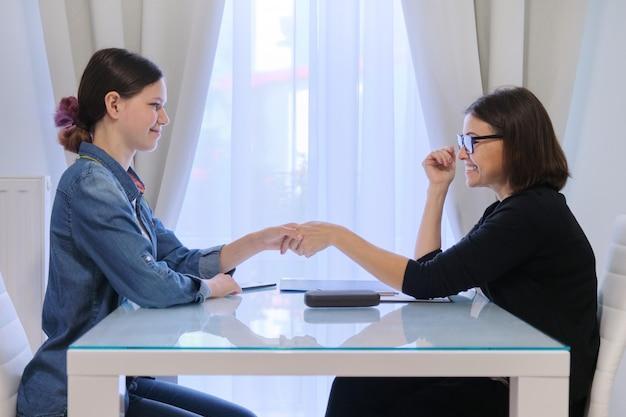 Женский социальный работник разговаривает с девушкой-подростком