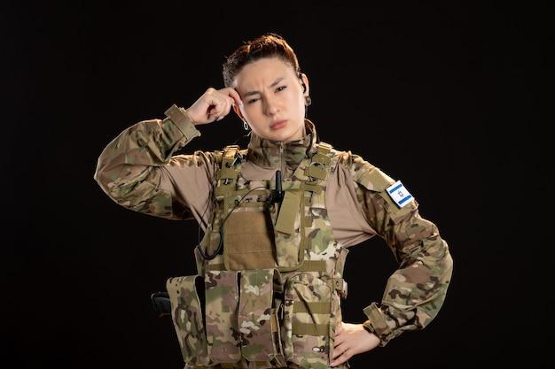 검은 벽에 위장에 여성 군인