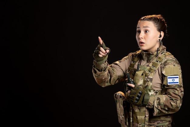 검은 벽에 수류탄 위장에 여성 군인