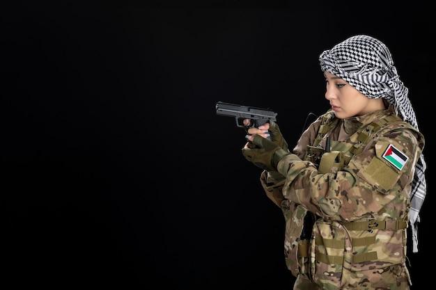 총 검은 벽을 목표로하는 군복을 입은 여성 군인