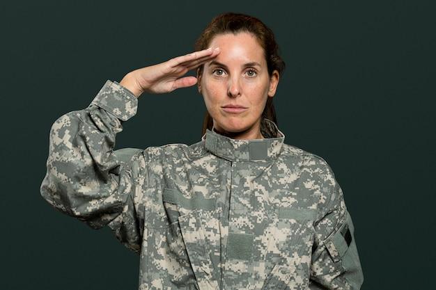 敬礼ジェスチャーで女性兵士