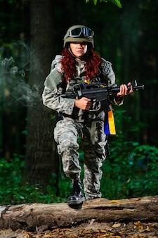 森の中の女性兵士