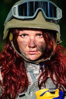 Женщина-солдат в лесу