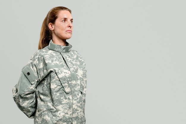 Donna soldato in piedi a suo agio postura militare