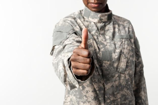 Женщина-солдат с жестом руки
