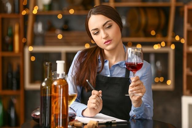 와인 저장고에서 일하는 여성 소믈리에