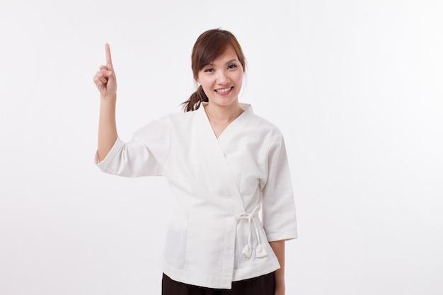 Женский спа-терапевт, указывая вверх