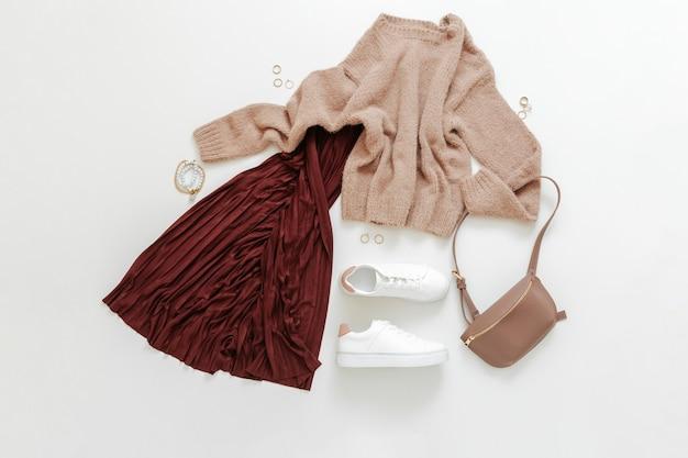 女性の春のルック秋の服バーガンディスカートベージュのセーター白い靴スニーカーバッグ折りたたまれたフライcl ...