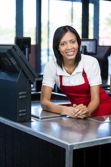 現金カウンターに座っている女性スタッフ