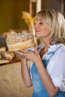 甘い食べ物の臭いがする女性スタッフ