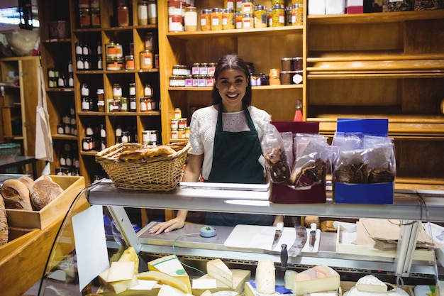 チーズ売り場に立っている女性スタッフ