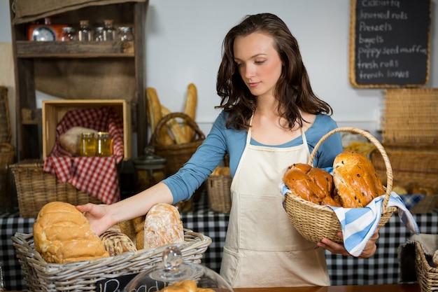 Женский персонал, работающий на прилавке пекарни