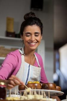 Женский персонал, работающий за прилавком на рынке