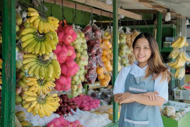 ファーマーズフレッシュフルーツマーケットの女性屋台ホルダー